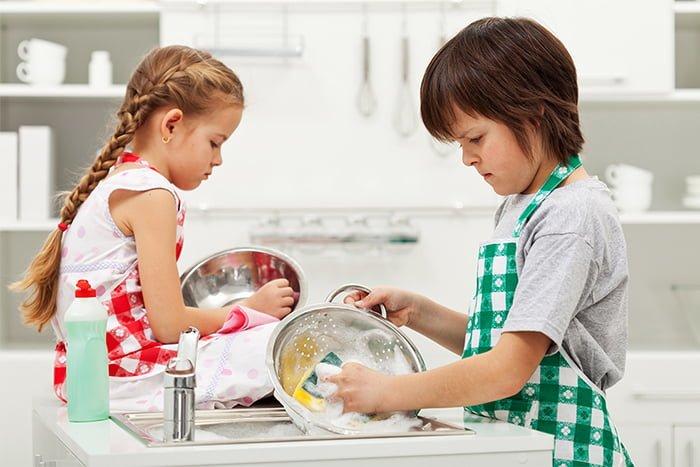 дети убираются на кухне