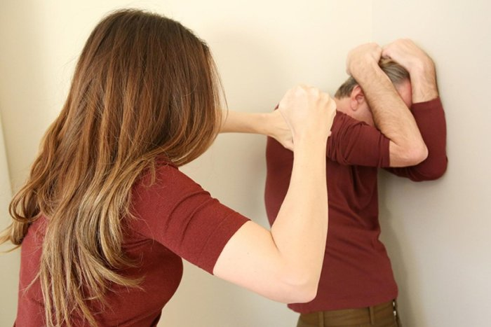 женщина нападает на мужчину