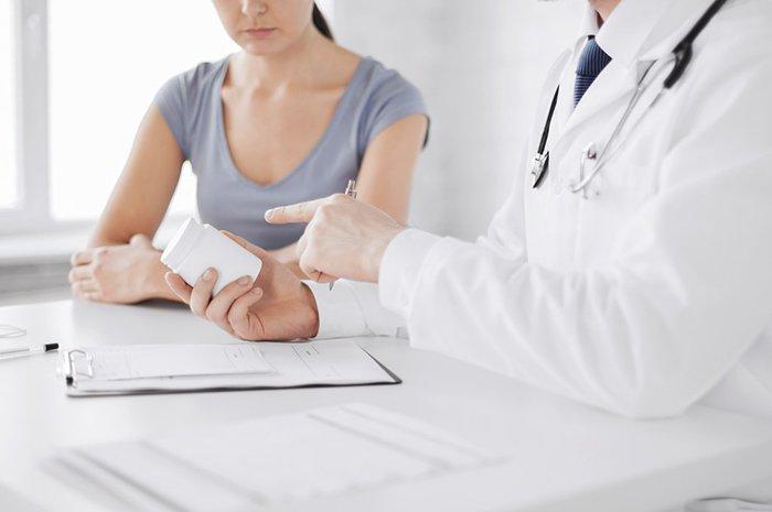 врач назначает препарат пациентке