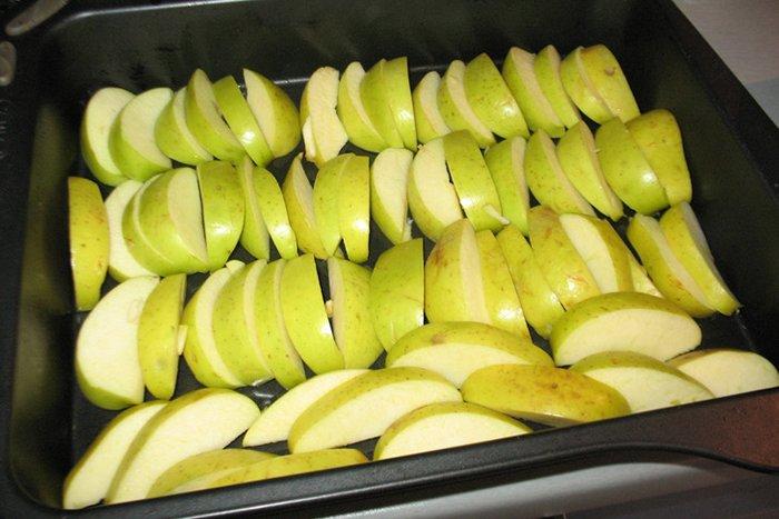 дольки зеленого яблока
