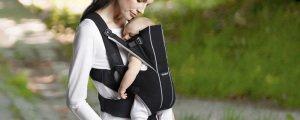 малыш в сумке-переноске