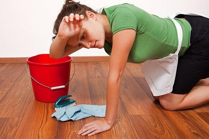 женщина моет пол руками