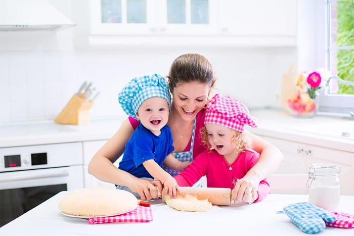 мама готовит вместе с детьми