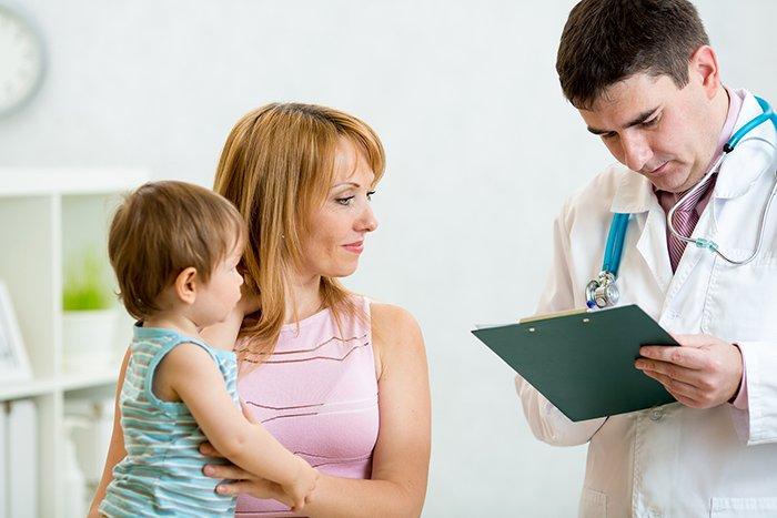 врач назначает лечение ребенку