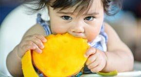 ребенок ест манго