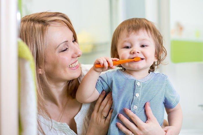 ребенок сам чистит зубы