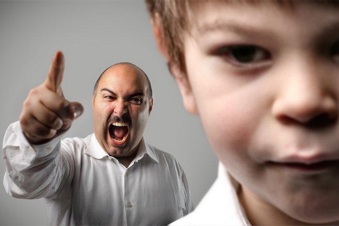 отец кричит на ребенка