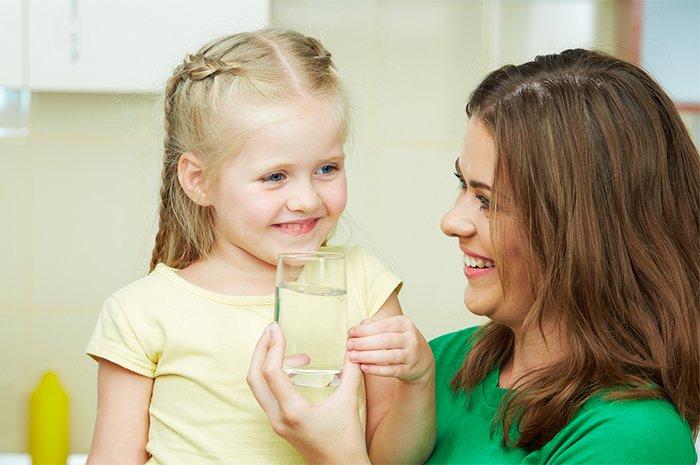 мама дает ребенку воду