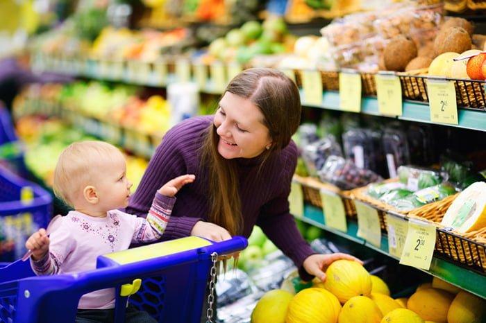 мама с ребенком в магазине