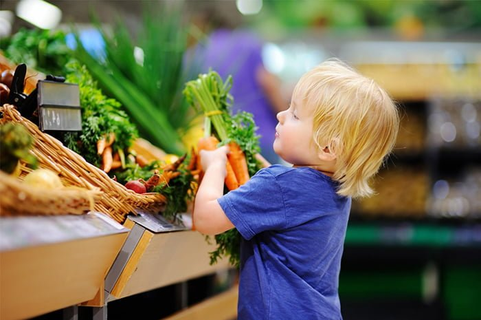 ребенок выбирает овощи