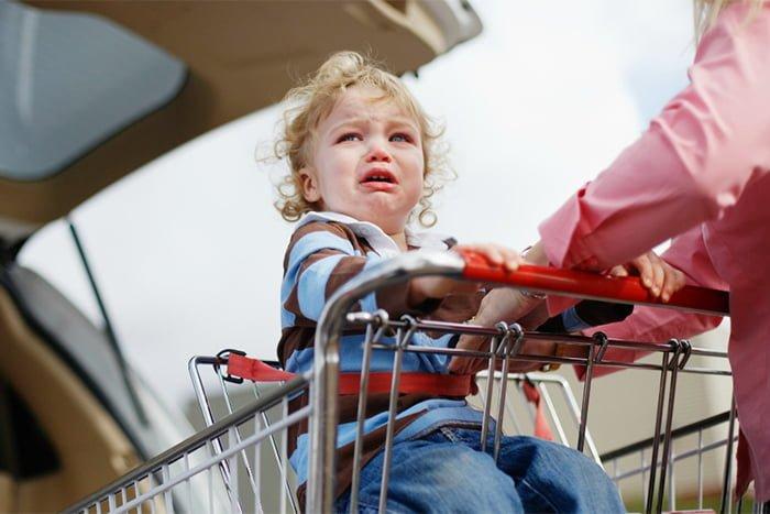 ребенок устраивает истерики на улице