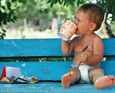 ребенок пьет кофе