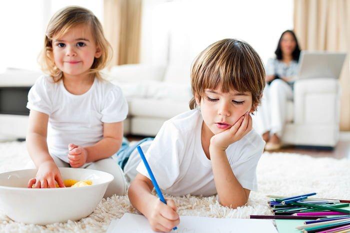 дети едят кукурузные палочки