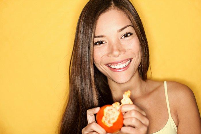 девушка с мандарином