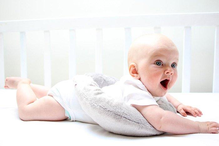 малыш поднимает голову лежа на животе