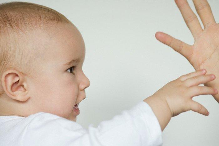 ребенок дает руку