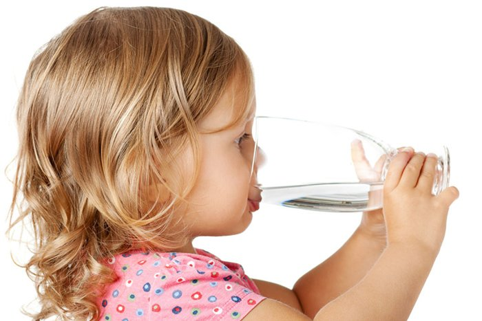 ребенок запивает лекарство водой