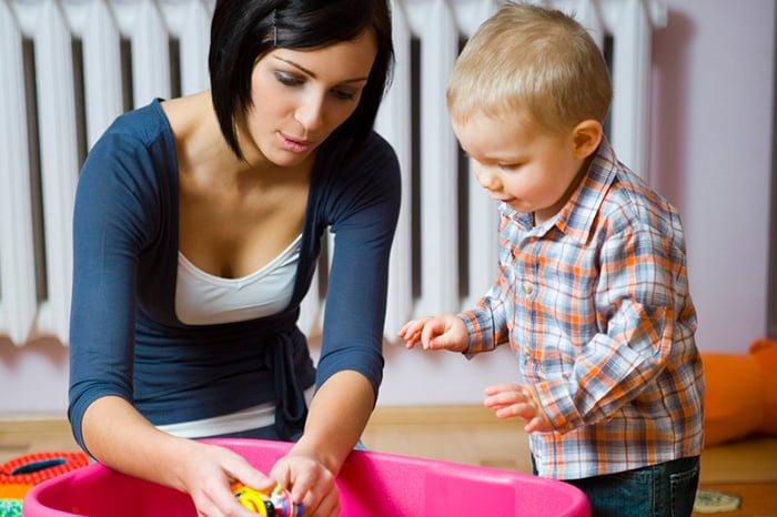 мама объясняет ребенку, как убирать игрушки