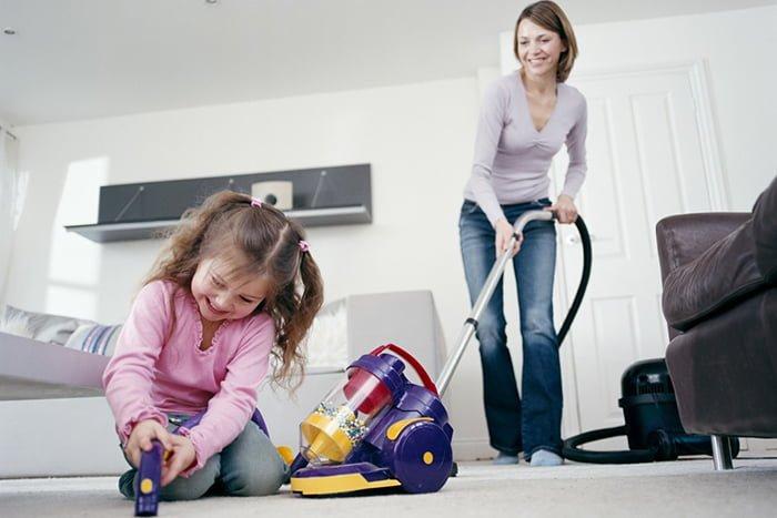мама учит ребенка соблюдать порядок