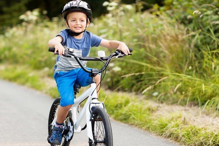 ребенок едет на велосипеде