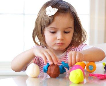 Как научить ребенка лепить из пластилина