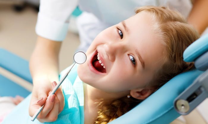 Когда нужно удалять шатающийся молочный зуб