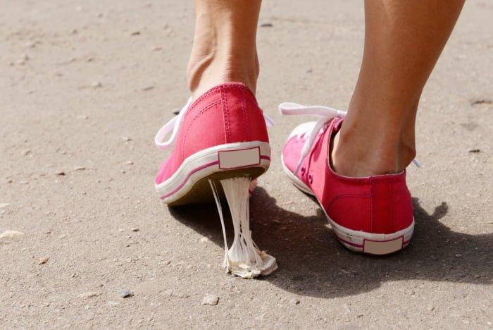 Как удалить жвачку с одежды и обуви