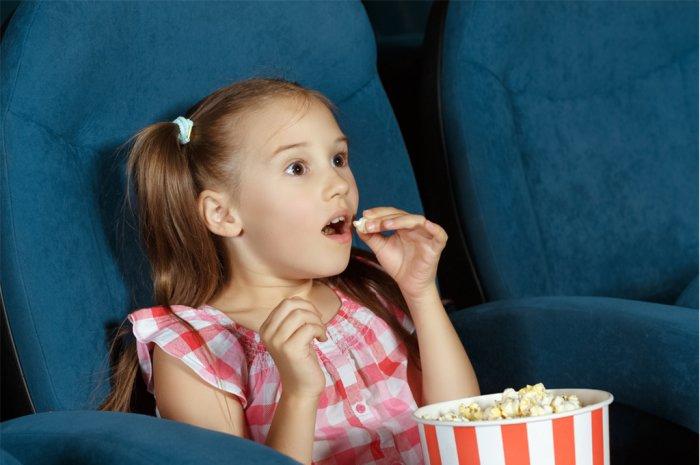 Девочка в кинотеатре