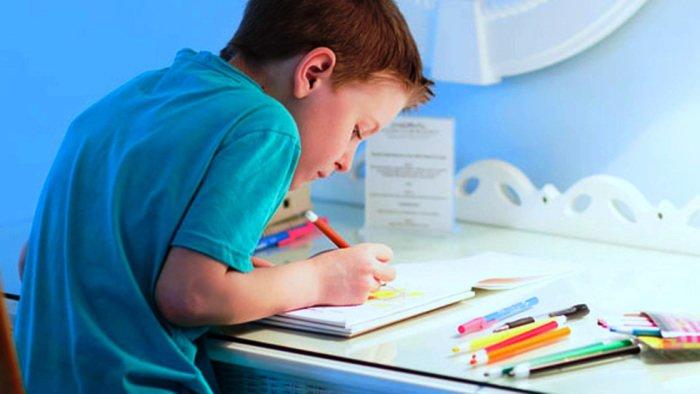 Как правильно сидеть за столом ребенку