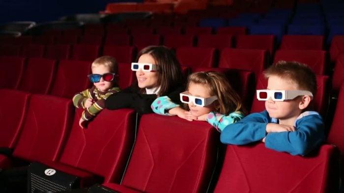 Дети в кинотеатре