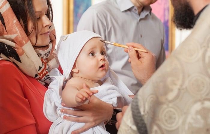 Помазание на  крещении ребенка