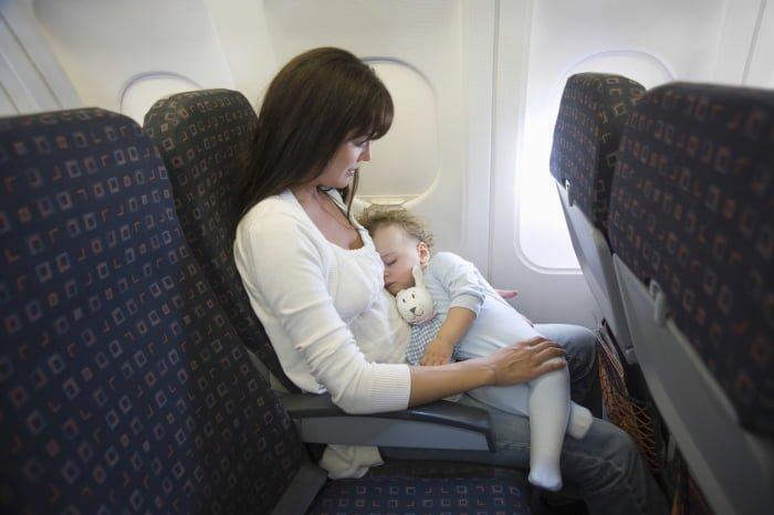 Как уложить ребенка спать в самолете