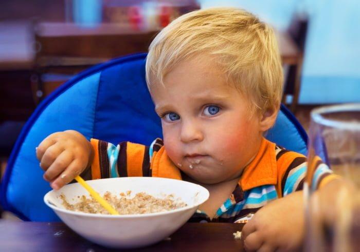 Ребенок ест булгур