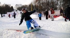 Мальчик катается на сноуборде