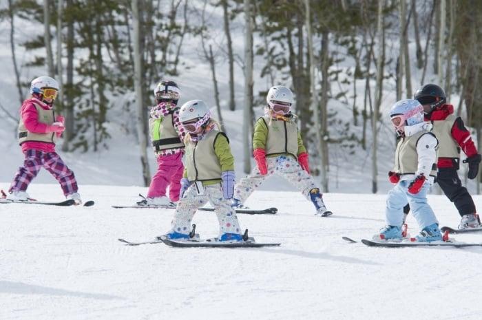 Учим ребенка кататься на лыжах