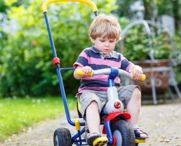 Ребенок на трехколесном велосипеде