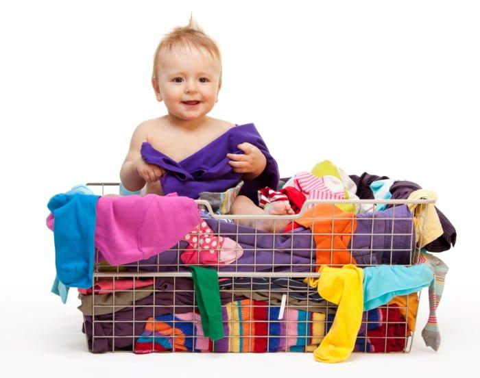 Ребенок в корзине с одеждой