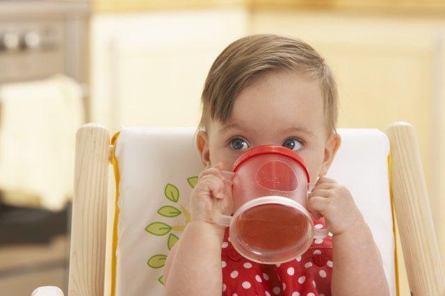 Ребенок пьет квас