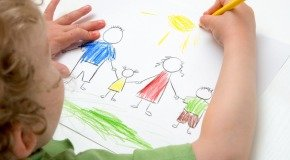 Ребенок рисует
