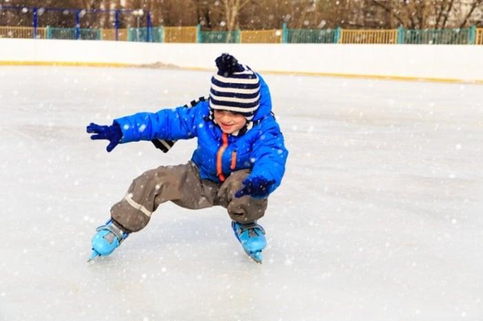 Учим ребенка падать на коньках