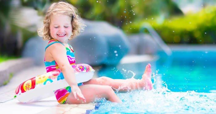 Ребенок около бассейна