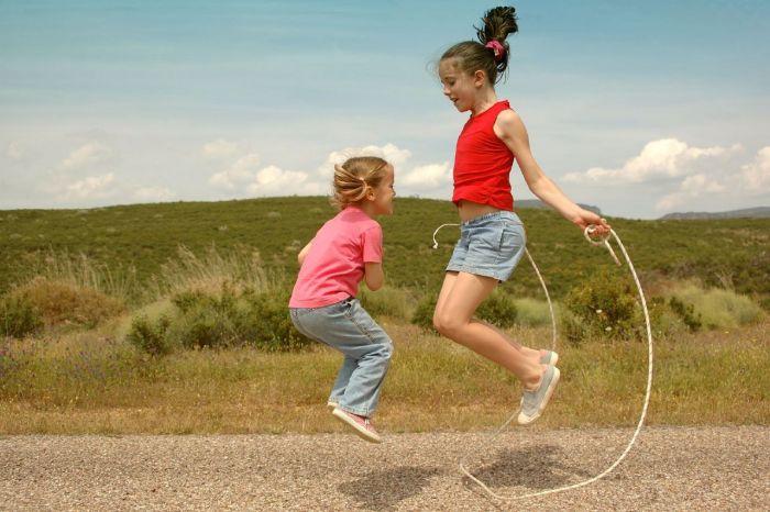 Девочки прыгают на скакалке