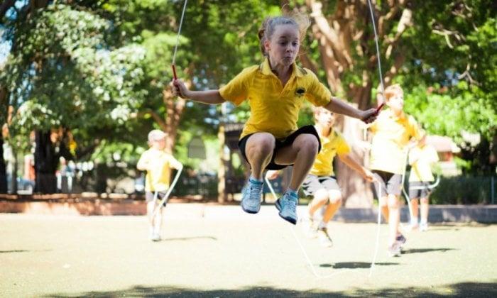 Учим ребенка прыгать на скакалке