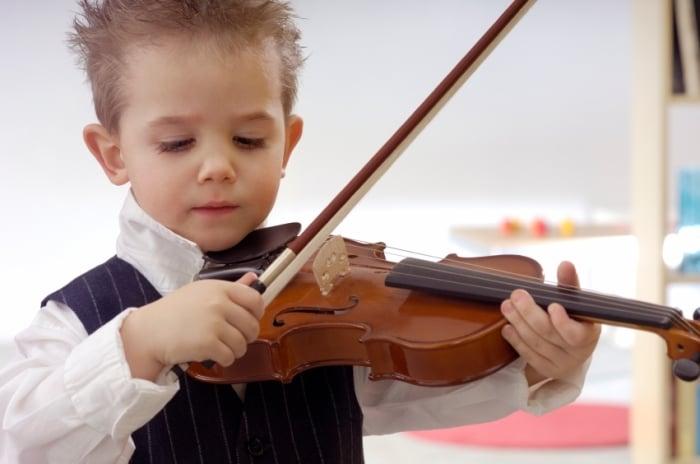 С какого возраста отдавать ребенка в музыкальную школу