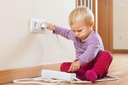 Как защитить ребенка от разеток