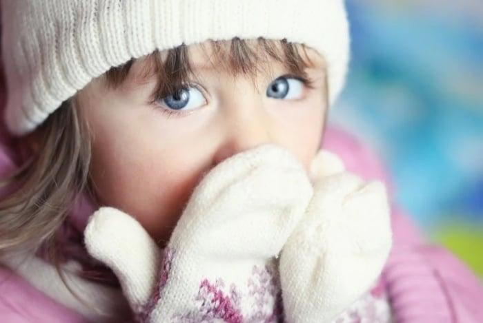 Ребенок в варежках