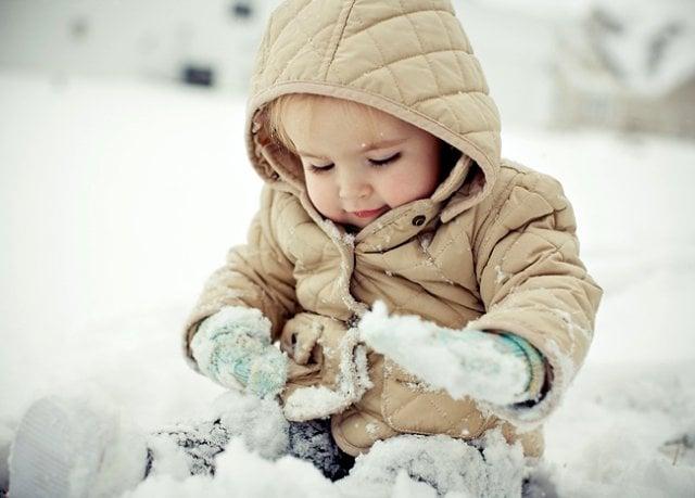 Ребенок играет в снегу