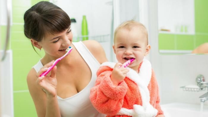 Как правильно чистить зубы ребенку