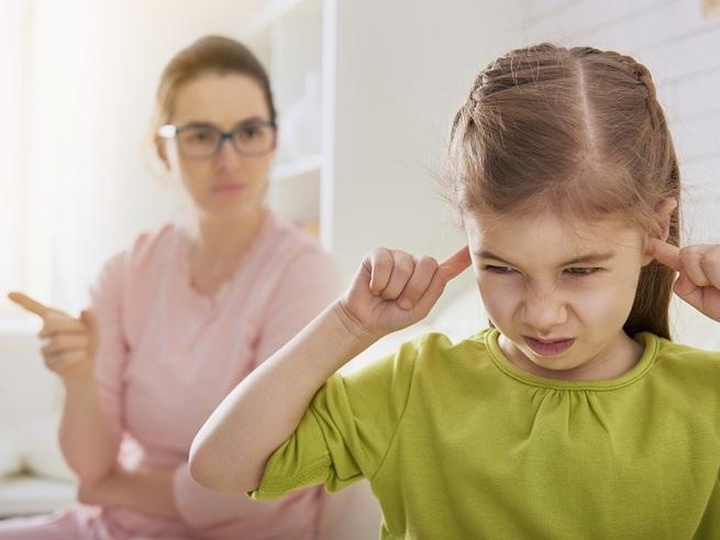 Мама ругает дочь