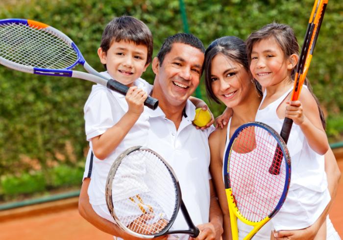 Семья играет в теннис